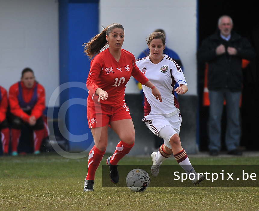 Switzerland U19 - Russia U19 : Mirjine Selimi aan de bal voor Anastasia Konyukhova.foto DAVID CATRY / Nikonpro.be