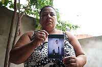 CAMPINAS, SP, 12.01.2018: JUSTIÇA-SP - Dona Edna e seu marido que moram na Vila Brandina mostram a foto do filho Thiago que foi preso acusado de participar de um roubo. Segundo os familiares o rapaz não estava envolvido na ocorrência. (Foto: Luciano Claudino/Codigo19)