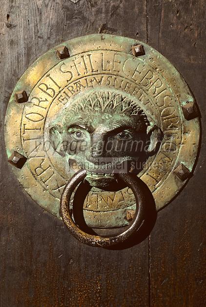 Europe/France/Auvergne/43/Haute-Loire/Brioude: La basilique Saint Julien ([Architecture] romane) - Détail d'un heurtoir de bronze orné d'un masque de singe
