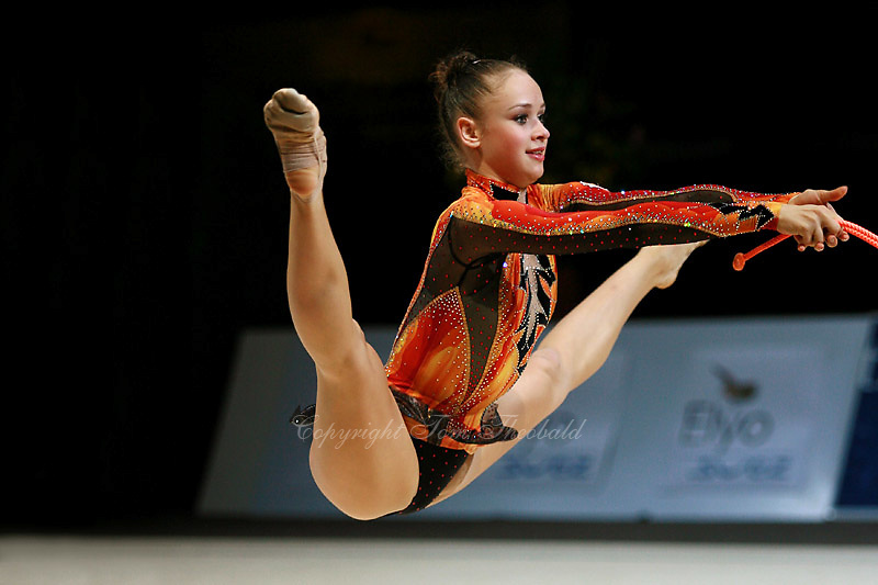 Marina Shpekt of Russia straddle jumps with rope during All-Around competition at 2006 Thiais Grand Prix in Paris, France on March 25, 2006.  (Photo by Tom Theobald)<br />