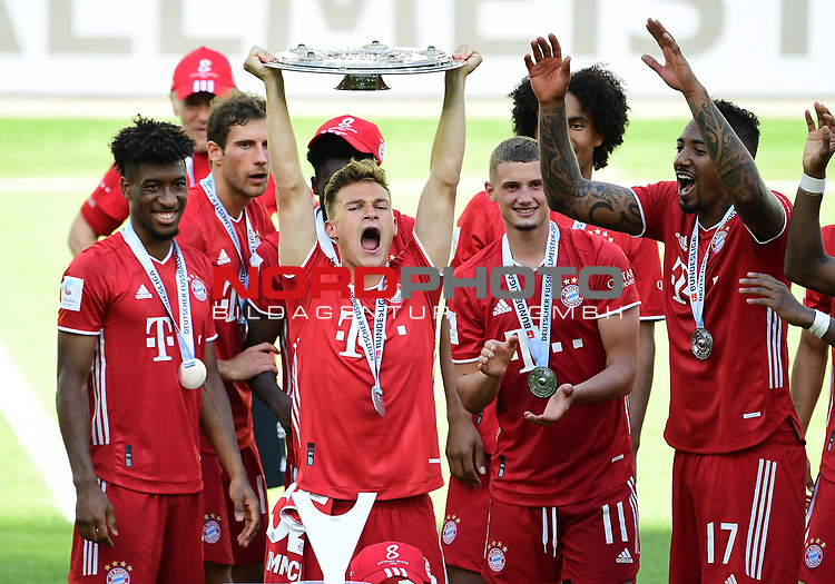Deutscher Meister 2020, FC Bayern Muenchen v.l. Kingsley Coman, Leon Goretzka, Joshua Kimmich mit Meisterschale, Mickael ''Michael'' Cuisance, Joshua Zirkzee, Jerome Boateng<br />Wolfsburg, 27.06.2020: nph00001: , Fussball Bundesliga, VfL Wolfsburg - FC Bayern Muenchen 0:4<br />Foto: Tim Groothuis/Witters/Pool//via nordphoto<br /> DFL REGULATIONS PROHIBIT ANY USE OF PHOTOGRAPHS AS IMAGE SEQUENCES AND OR QUASI VIDEO<br />EDITORIAL USE ONLY<br />NATIONAL AND INTERNATIONAL NEWS AGENCIES OUT