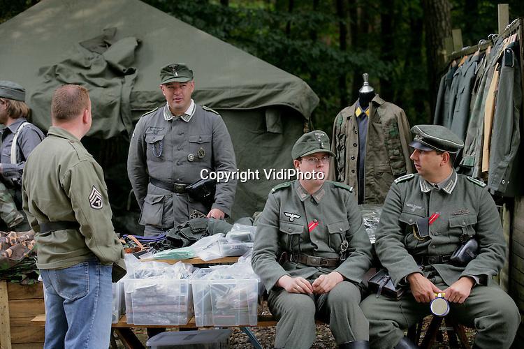Foto: VidiPhoto..ARNHEM - Bij het Oorlogsmuseum '40-'45 in Arnhem wordt dit weekend een zogenoemde militariabeurs gehouden, waarbij militaire spullen uit de Tweede Wereldoorlog te koop worden aangeboden aan particulieren. Naast tientallen stands met oorlogsmaterieel zijn dit jaar ook leden van het Landelijk Platform Leven Geschiedenis aanwezig die in Duitse uniformen een bivak en veldoefeningen uit de oorlogstijd nabootsen.