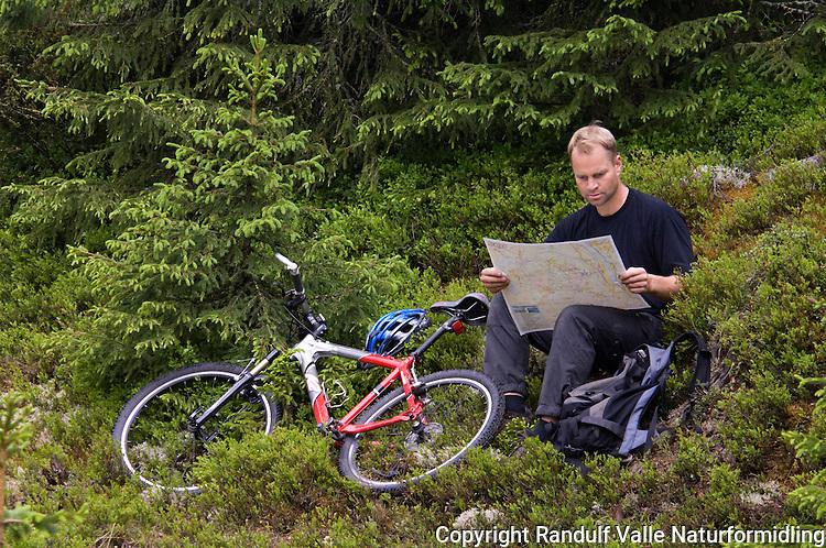 Mann med sykkel leser kart ---- Man with bike reading a map