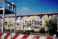 Berlino  settembre 1989 Gli ultimi mesi del muro che divideva Berlino Est e Berlino Ovest , Berlin, September 1989 The last months of the wall that divided East Berlin and West Berlin. Due tedeschi occidentali guardano al di là del muro