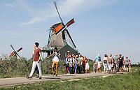 Nederland Zaanse Schans 2015 08 22. Toeristen bezoeken de Folkloredag.