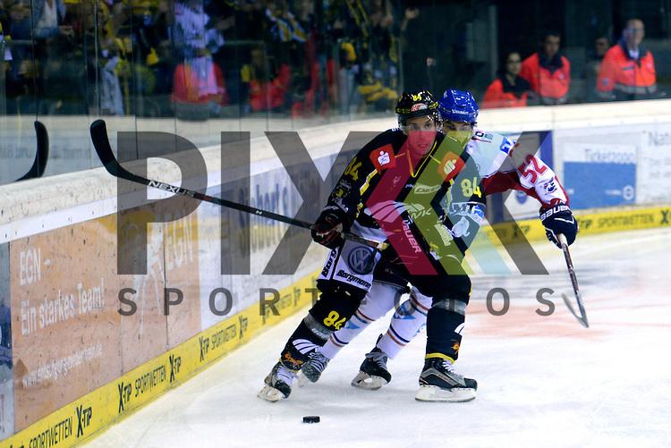1. Spieltag der DEL Saison 2016/17 &ndash; Krefeld Pinguine vs. Adler Mannheim (16.09.2016) /#52 Dominik Bittner (Mannheim) /#84 Dragan Umicevic (KEV) im Spiel in der DEL, Krefeld Pinguine (schwarz) &ndash; Adler Mannheim (weiss).<br /> <br /> Foto &copy; PIX-Sportfotos.de *** Foto ist honorarpflichtig! *** Auf Anfrage in hoeherer Qualitaet/Aufloesung. Belegexemplar erbeten. Veroeffentlichung ausschliesslich fuer journalistisch-publizistische Zwecke. For editorial use only.