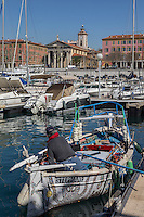 Europe/France/Provence-Alpes-Côte d'Azur/Alpes-Maritimes/ Nice: Le Port Lympia ou port de Nice, pointus  et l' église de l'Immaculée Conception plus connue sous le nom de Notre-Dame du Port // Europe, France, Provence-Alpes-Côte d'Azur, Alpes-Maritimes, Nice:  Lympia port or port of Nice, pointus local fishing boats
