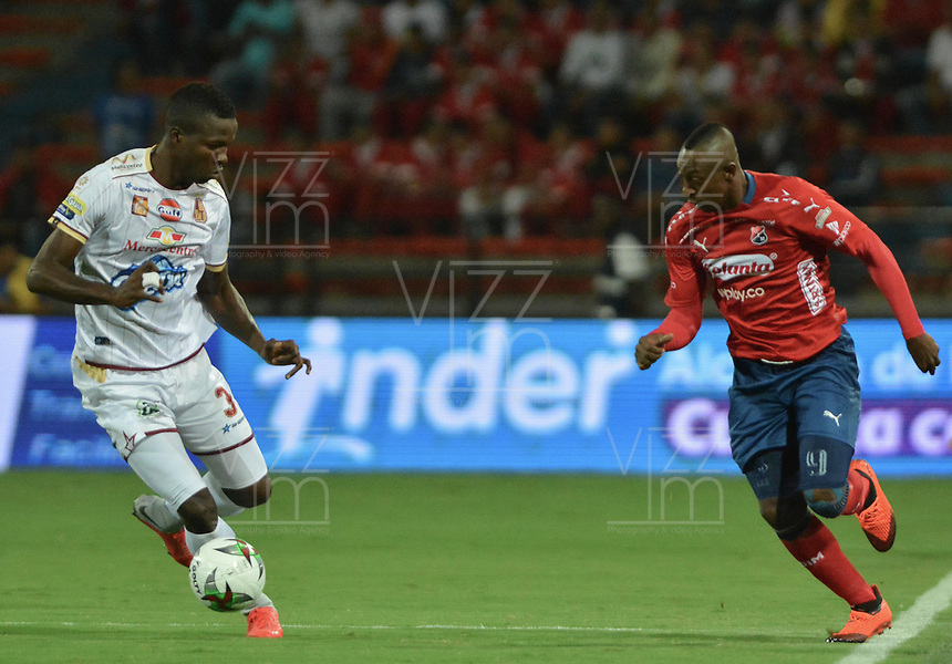 MEDELLÍN - COLOMBIA, 21-11-2018: Juan F Caicedo (Der) del Medellín disputa el balón con Julian Quiñones (Izq) de Tolima durante partido de ida Semifinal entre Deportivo Independiente Medellín y Deportes Tolima como parte de la Liga Águila II 2018 jugado en el estadio Atanasio Girardot de la ciudad de Medellín. / Juan F Caicedo (R) of Medellin vies for the ball with Julian Quiñones (L) of Tolima during Semifinal first leg match between Deportivo Independiente Medellin and Deportes Tolima as a part Aguila League II 2018 played at Atanasio Girardot stadium in Medellin city. Photo: VizzorImage / Leon Monsalve / Cont