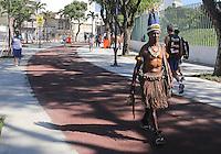RIO DE JANEIRO, RJ, 02/06/2013 - AMISTOSO INTERNACIONAL / BRASIL X INGLATERRA - Movimentação de torcedores ao redor do Estádio do Maracanã onde logo mais acontece a partida amistosa entre Brasil x Inglaterra no Rio de Janeiro, neste domingo (02). (Foto: William Volcov / Brazil Photo Press).