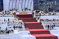 RIO DE JANEIRO, RJ, 28 DE JULHO DE 2013 -JMJ RIO 2013-MISSA DO ENVIO COM O PAPA FRANCISCO- Cachorro sobe no palco enquanto Papa Francisco reza a missa do envio, em Copacabana, zona sul do Rio de Janeiro.FOTO:MARCELO FONSECA/BRAZIL PHOTO PRESS