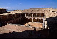 Italien, Umbrien, Kirche und Kloster San Francesco in Assisi, Kreuzgang , UNESCO-Weltkulturerbe