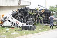 SAO PAULO, SP, 07/05/2014, ACIDENTE CARRETA. Uma carreta caiu da alca de aceeso a Av Salim Farah aluf na manha dessa quarta-feira (7). O motorista teve pequenos ferimentos, o veiculo despencou de aproximadamente 5 metrose carregava placa de madeira. LUIZ GUARNIERI/BRAZIL PHOTO PRESS.