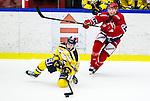 Huddinge 2015-09-20 Ishockey Division 1 Huddinge Hockey - S&ouml;dert&auml;lje SK :  <br /> S&ouml;dert&auml;ljes Fredrik Weigel i kamp om pucken med Huddinges  Kim Lennhammer under matchen mellan Huddinge Hockey och S&ouml;dert&auml;lje SK <br /> (Foto: Kenta J&ouml;nsson) Nyckelord:  Ishockey Hockey Division 1 Hockeyettan Bj&ouml;rk&auml;ngshallen Huddinge S&ouml;dert&auml;lje SK SSK