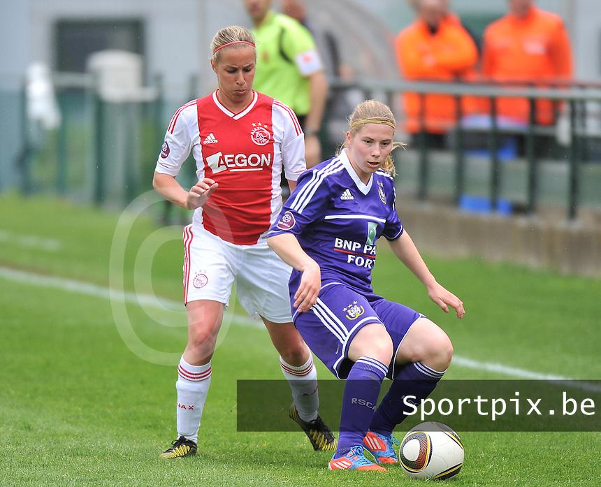 RSC Anderlecht Dames - Ajax Amsterdam : Jana Coryn aan de bal voor Mandy Versteegt.foto DAVID CATRY / Nikonpro.be