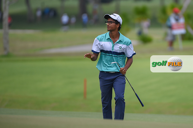 Kartik SHARMA (IND) waves to the crowd after chipping up tight on 16 during Rd 3 of the Asia-Pacific Amateur Championship, Sentosa Golf Club, Singapore. 10/6/2018.<br /> Picture: Golffile | Ken Murray<br /> <br /> <br /> All photo usage must carry mandatory copyright credit (© Golffile | Ken Murray)