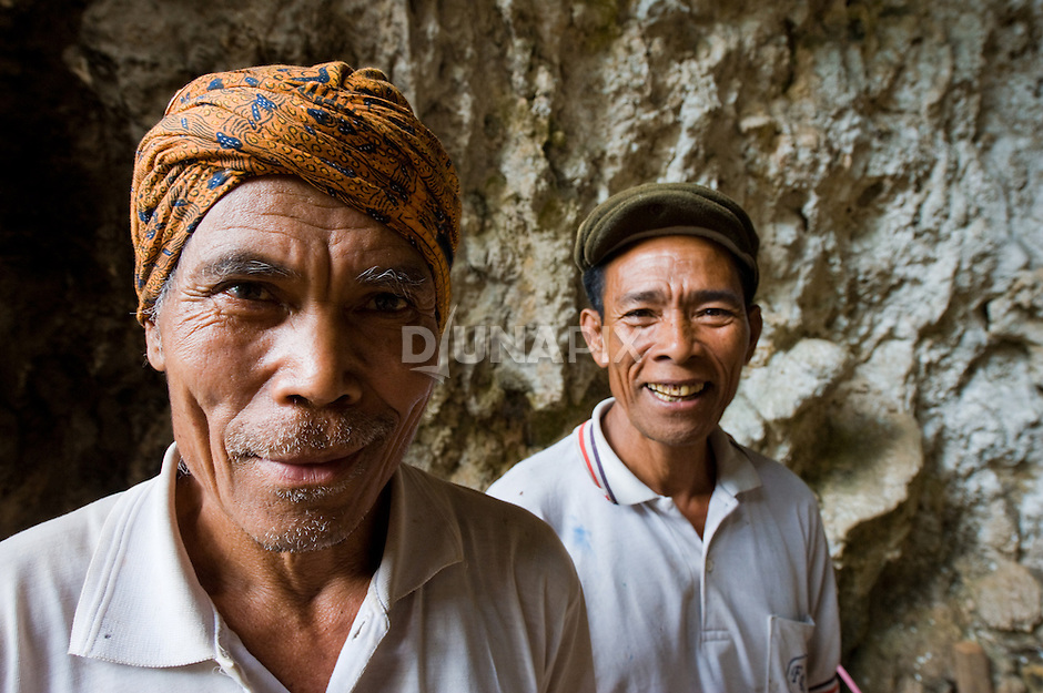 Local Manggarai workers at Liang Bua, discovery site of the Flores hobbit, Homo floresiensis. Dozens of men and women enjoy seasonal work from the project and several are now highly experienced.