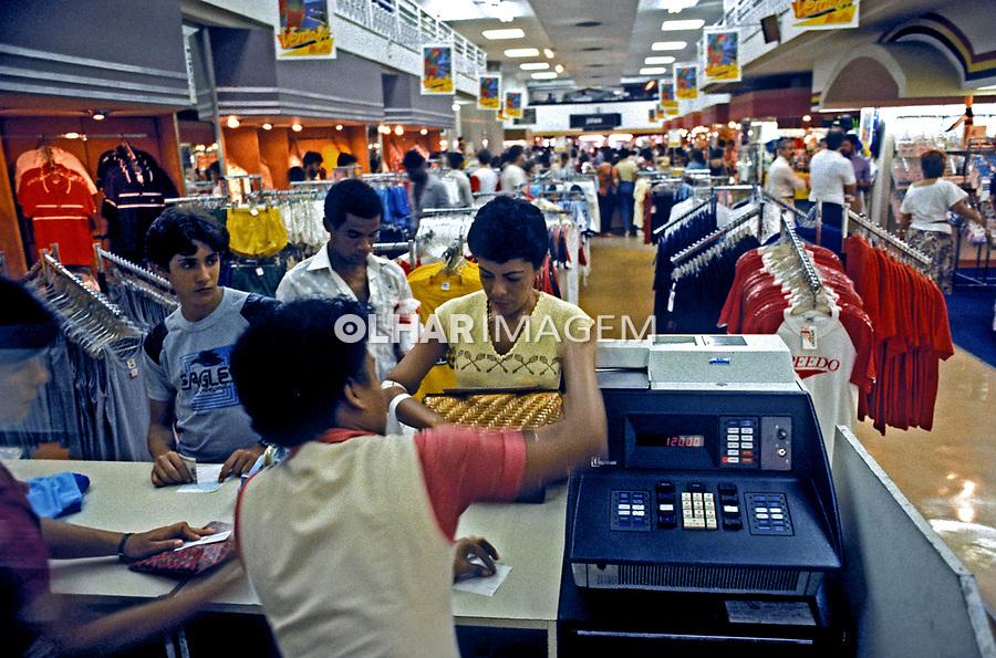 Balcão da loja Mesbla em São Paulo. 1989. Foto de Cynthia Brito.