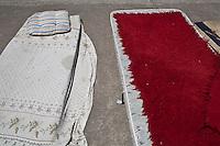 Grecia, Patrasso 2011: rifugiati  in un improvvisato campo in una stazione ferroviaria abbandonata. Due materassi buttati per terra. Grece ville de Patras  2011 - refugies  dans une gare abandonnee