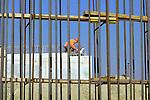 DEN BOSCH - In Den Bosch controleert een uitvoerder van Van Hattum en Blankevoort met hulp van een rijpheidscomputer de temperatuur van het gestorte beton om de harding na te gaan. Het beton is gestort bij één van de eerste fundamenten van een grote fly-over op knooppunt Empel, op de kruising A2/A59. Deze werkzaamheden door bouwcombinatie InfrA2 zijn onderdeel van het project A2 Rondweg Den Bosch waarbij tevens de snelwegen verbreed worden, een scheiding tussen lokaal en regionaal verkeer wordt gemaakt, geluidswanden worden gemaakt en diverse op- en afritten. COPYRIGHT TON BORSBOOM