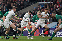 Twickenham, United Kingdom.   Natwest 6 Nations : England vs Ireland. Owen Farrell, passing the ball in open play to Anthony Watson at the  RFU Stadium, Twickenham, England, <br />