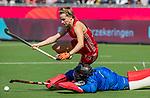 ANTWERPEN -  Elena Rayer (Eng) wordt gestopt door goalkeeper Maria Ruiz (Esp) . Spanje wint de troostfinale om de derde plaats na shoot outs  , dames  Spanje-Engeland (1-1) bij het Europees kampioenschap hockey.  ANP KOEN SUYK