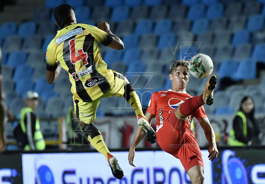 CALI - COLOMBIA, 14-11-2019: Cristian Alvarez del América disputa el balón con Juan S Mancilla de Cali durante partido por la fecha 2, cuadrangulares semifinales, de la Liga Águila II 2019 entre América de Cali y Alianza Petrolera jugado en el estadio Pascual Guerrero de la ciudad de Cali. / Cristian Alvarez of America struggles the ball with Juan S Mancilla of Alianza during match for the date 2, quadrangular semifinals, as part of Aguila League II 2019 between America de Cali and Alianza Petrolera played at Pascual Guerrero stadium in Cali. Photo: VizzorImage / Gabriel Aponte / Staff