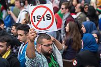 Ca. 1000 Menschen protestierten am Samstag den 11. Juli 2015 in Berlin mit einer Demonstration anlaesslich des anti-israelischen Al Quds-Tag. Sie riefen Parolen wie &quot;Kindermoerder Israel&quot; und &quot;Israel raus aus Palaestina&quot;.<br /> Am sogenannten Al Quds-Tag protestieren weltweit Muslime gegen die Besetzung der palaestinensischen Gebiete durch Israel.<br /> Etwa 2050 bis 300 Menschen protestierten gegen die Demonstration.<br /> Im Bild: Ein Demonstrationsteilnehmer mit einem Schild gegen die Terrororganisation Islamischer Staat, IS.<br /> 11.7.2015, Berlin<br /> Copyright: Christian-Ditsch.de<br /> [Inhaltsveraendernde Manipulation des Fotos nur nach ausdruecklicher Genehmigung des Fotografen. Vereinbarungen ueber Abtretung von Persoenlichkeitsrechten/Model Release der abgebildeten Person/Personen liegen nicht vor. NO MODEL RELEASE! Nur fuer Redaktionelle Zwecke. Don't publish without copyright Christian-Ditsch.de, Veroeffentlichung nur mit Fotografennennung, sowie gegen Honorar, MwSt. und Beleg. Konto: I N G - D i B a, IBAN DE58500105175400192269, BIC INGDDEFFXXX, Kontakt: post@christian-ditsch.de<br /> Bei der Bearbeitung der Dateiinformationen darf die Urheberkennzeichnung in den EXIF- und  IPTC-Daten nicht entfernt werden, diese sind in digitalen Medien nach &sect;95c UrhG rechtlich geschuetzt. Der Urhebervermerk wird gemaess &sect;13 UrhG verlangt.]