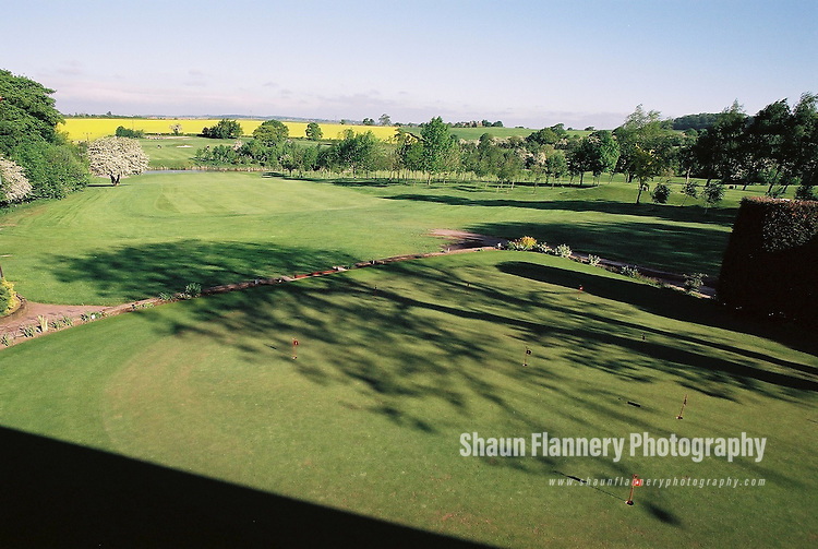 Pix: Shaun Flannery/shaunflanneryphotography.com...COPYRIGHT PICTURE>>SHAUN FLANNERY>01302-570814>>07778315553>>..18th May 2004..............Hickleton Golf Club, Lidgett Lane, Hickleton, Doncaster, DN5 7BE..Golf Course 1st hole, putting green.