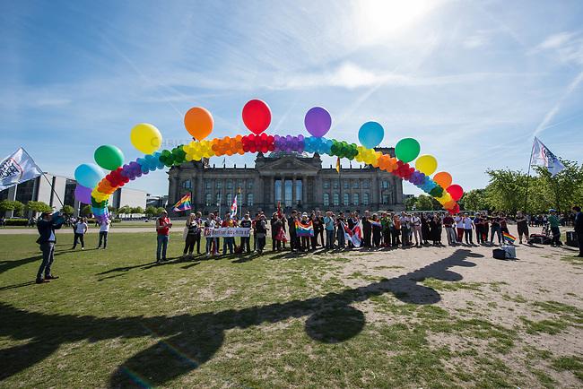 Kundgebung zum Internationaler Tag gegen Homo- und Transphobie vor dem Reichstag.<br /> Zahlreiche LSBTI-Organisationen aus Deutschland versammelten sich am 17. Mai 2017, zum Internationalen Tag gegen Homo- und Transphobie (IDAHOT) vor dem Berliner Reichstag zu der Aktion &bdquo;Vielfalt unterm Regenbogen - Gleiche Rechte fuer Alle!&ldquo;<br /> Die Organisatoren benannten auf der Kundgebung viele Beispiele von Angriffen auf die Rechte und die Freiheit von Lesben, Schwulen, Bi- und Transsexuellen sowie Menschen die sich als intersexuell begreifen.<br /> Zahlreiche LSBTI-Organisationen aus Deutschland, darunter die Deutsche Aidshilfe, der Lesben- und Schwulenverband in Deutschland (LSVD), das Aktionsbuendnis gegen Homophobie e.V., die Berliner Aids-Hilfe e.V. und Gruppen der SPD, der Gruenen und die Linkspartei veroeffentlichen darum am Internationalen Tag gegen Homo- und Transphobie (IDAHOT) unter dem Motto &bdquo;Vielfalt fuer Alle!&ldquo; einen gemeinsamen Appell fuer eine offene, respektvolle Gesellschaft, die allen Menschen Schutz und Unterstuetzung bietet.<br /> 17.5.2017, Berlin<br /> Copyright: Christian-Ditsch.de<br /> [Inhaltsveraendernde Manipulation des Fotos nur nach ausdruecklicher Genehmigung des Fotografen. Vereinbarungen ueber Abtretung von Persoenlichkeitsrechten/Model Release der abgebildeten Person/Personen liegen nicht vor. NO MODEL RELEASE! Nur fuer Redaktionelle Zwecke. Don't publish without copyright Christian-Ditsch.de, Veroeffentlichung nur mit Fotografennennung, sowie gegen Honorar, MwSt. und Beleg. Konto: I N G - D i B a, IBAN DE58500105175400192269, BIC INGDDEFFXXX, Kontakt: post@christian-ditsch.de<br /> Bei der Bearbeitung der Dateiinformationen darf die Urheberkennzeichnung in den EXIF- und  IPTC-Daten nicht entfernt werden, diese sind in digitalen Medien nach &sect;95c UrhG rechtlich geschuetzt. Der Urhebervermerk wird gemaess &sect;13 UrhG verlangt.]