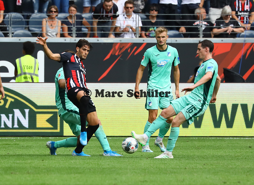 Goncalo Paciencia (Eintracht Frankfurt) gegen Sebastian Rudy (TSG 1899 Hoffenheim) - 18.08.2019: Eintracht Frankfurt vs. TSG 1899 Hoffenheim, Commerzbank Arena, 1. Spieltag Saison 2019/20 DISCLAIMER: DFL regulations prohibit any use of photographs as image sequences and/or quasi-video.