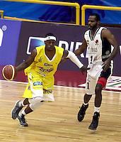 BOGOTA - COLOMBIA - 08-03-2013: Leonardo Mendez (Der.) de Piratas de Bogotá, disputa el balón con Jhon Velez  (Izq.) de Bucaros de Bucaramanga, marzo 8 de 2013. Piratas y Bucaros en la novena fecha de  la Liga Directv Profesional de baloncesto en partido jugado en el Coliseo El Salitre. (Foto: VizzorImage / Cont). Leonardo Mendez (R) of Piratas from Bogota, fights for the ball with Jhon Velez (L) of Bucaros from Bucaramanga, March 8, 2013. Pirates and Bucaros in the ninth match the Directv Professional League basketball, game at the Coliseum El Salitre. (Photo: VizzorImage / Cont)..