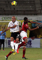 CÚCUTA -COLOMBIA, 28-09-2013.  Un jugador (D) del Cucuta Deportivo disputa el balón con Edwards Jimenez (I) de Once Caldas durante partido por la fecha 12 de la Liga Postobon II disputado en el estadio General Santander de la ciudad de Cucuta./ Cucuta Deportivo player (R) fights for the ball with Once Caldas player Edwards Jimenez (L) during match valid for the date 12 of the Postobon League II at the General Santander Stadium in Cucuta city. Photo: VizzorImage/Manuel Hernandez/STR