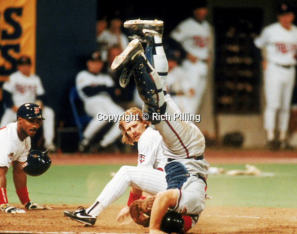 MINNEAPOLIS - OCTOBER 1991:  Dan Gladden of the Minnesota Twins looks back after colliding with the Atlanta Braves catcher at home plate during a game in the 1991 World Series at The Metrodome circa October of 1991 in Minneapolis, Minnesota.  (Photo by Rich Pilling)