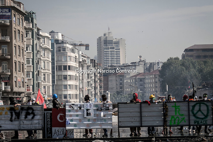 n this Tusday, Jun. 11, 2013 photo, protesters are seen behind a barricade during clashes at the streets of Taksim Square in Istanbul,Turkey. (Photo/Narciso Contreras).