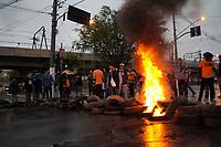 SAO PAULO, SP - 28.04.2017 - PROTESTO-SP - Manifestantes contra a reformas proposta pelo governo bloqueiam a Estrada do Itapecerica X Av. Carlos Caldeira Filho na manh&atilde; desta sexta-feira (28) na zona sul de S&atilde;o Paulo. Manifestantes reduziram sua a&ccedil;&atilde;o com a chegada da pol&iacute;cia militar que usou armas de efeito moral para conter a manifesta&ccedil;&atilde;o que ocorre em frente ao metr&ocirc; Cap&atilde;o Redondo.<br /> <br /> <br /> (foto: Fabricio Bomjardim / Brazil Photo Press)