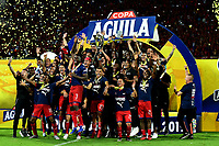 MEDELLÍN-COLOMBIA, 06-11-2019: Jugadores de Deportivo Independiente Medellín, celebran con el trofeo como campeones, después de vencer al Deportivo Cali, al final de partido de vuelta entre Deportivo Independiente Medellín y Deportivo Cali, por la final de la Copa Águila 2019, en el estadio Atanasio Girardot de la ciudad de Medellín. / Players of Deportivo Independiente Medellín, celebrate with the trophy as champions, after beating Deportivo Cali at the end of the second leg match between Deportivo Independiente Medellín and Deportivo Cali, for the final of the 2019 Aguila Cup, at the Atanasio Girardot stadium in Medellin city. / Photo: VizzorImage  / Nelson Ríos / Cont.