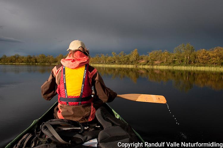 Kanopadler en sommerkveld. ---- Canoeist on summer evening.
