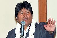 LPZ05- COCHABAMBA (BOLIVIA), 31/01/2012.- El presidente boliviano, Evo Morales, pronuncia un discurso en la ciudad central de Cochabamba, hoy martes 31 de enero de 2012, donde se reúne con unos 300 alcaldes del país para analizar soluciones a las dificultades que enfrentan los municipios para ejecutar proyectos. Al encuentro no asistieron los alcaldes de La Paz ni Santa Cruz, las dos principales ciudades del país. EFE/Jorge Abrego