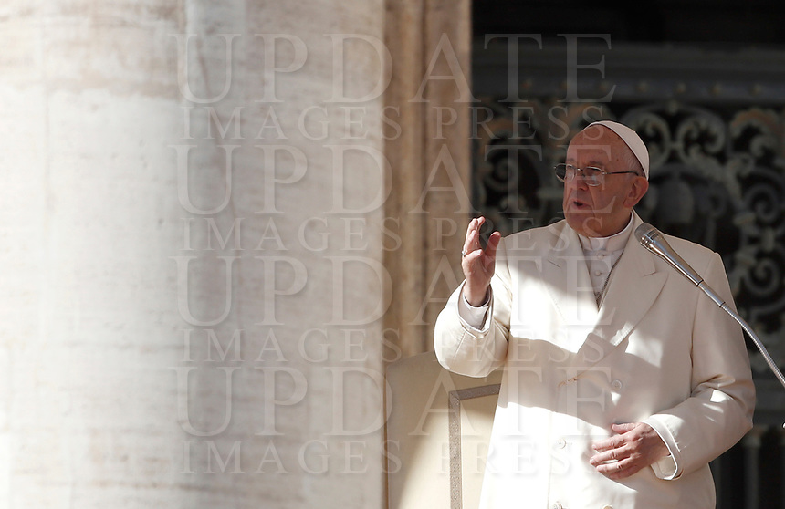 Papa Francesco tiene l'udienza generale del mercoledi' in Piazza San Pietro, Citta' del Vaticano, 8 novembre, 2017.<br /> Pope Francis leads his weekly general audience in St. Peter's Square at the Vatican, on November 8, 2017.<br /> UPDATE IMAGES PRESS/IsabellaBonotto<br /> <br /> STRICTLY ONLY FOR EDITORIAL USE