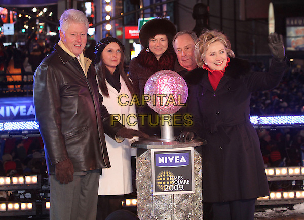 BILL CLINTON, MAYOR MICHAEL BLOOMBERG & SENATOR HILLARY CLINTON.The Former president and guests lowered the ball at Times Square during the New Year's Eve Celebration to ring in 2009, New York, NY, USA, 31 December 2008..New year's years Eve half length cold gloves black leather jacket coat red fur collar husband wife.CAP/ADM/PZ.©Paul Zimmerman/Admedia/Capital Pictures