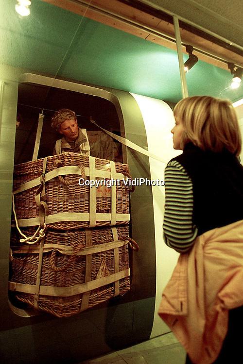 Foto: VidiPhoto..OSTERBEEK - Het Airbornemuseum in Oosterbeek is populair bij scholieren. Dit jaar is het aantal jongeren dat een bezoek bracht aan het museum flink gestegen. Een van de oorzaken is de educatieve videofilm over onder meer de geallieerde luchtlanding die het museum voor lagere en middelbare scholen heeft laten maken. Daarvan zijn er inmiddels zo'n 7000 verspreid. Ook het aantal scholieren dat archiefonderzoek doet in het museum is toegenomen.