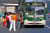 Ponto de onibus na avenida Paulista, São Paulo. 2004. Foto de Juca Martins.