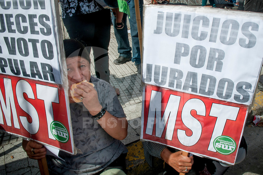 BUENOS AIRES, ARGENTINA, 24 DE ABRIL DE 2013 - PROTESTO - Sindicalistas protestam em frente ao Congresso Nacional, contra a reforma judicial, proposta encabecada por Cristina Kirchner, nesta noite de quarta-feira (24), em Buenos Aires. FOTO. JUANI RONCORONI / BRAZIL PHOTO PRESS.