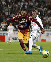 MANIZALES - COLOMBIA -23-02-2014: Jose Izquierdo (Der.) jugador de Once Caldas, disputa el balón John Hurtado (Izq.) jugador de Deportes Tolima durante  partido de la fecha séptima por la Liga de Postobon I 2014 en el estadio Palogrande en la ciudad de Manizales. /  Jose Izquierdo (R) of Once Caldas, figths the ball with John Hurtado (L), of Deportes Tolima during a match for seventh date of the Liga de Postobon I 2014 at the Palogrande stadium in Manizales city. Photo: VizzorImage  / Santiago Osorio / Str.