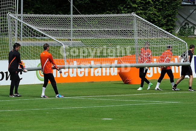 LAUSANNE - Trainingskamp Nederlands Elftal in Zwitserland in het Stade Juan-Antonio Samaranch, voorbereiding EK 2012, 18-05-2012, doelmannen verplaatsen doel.