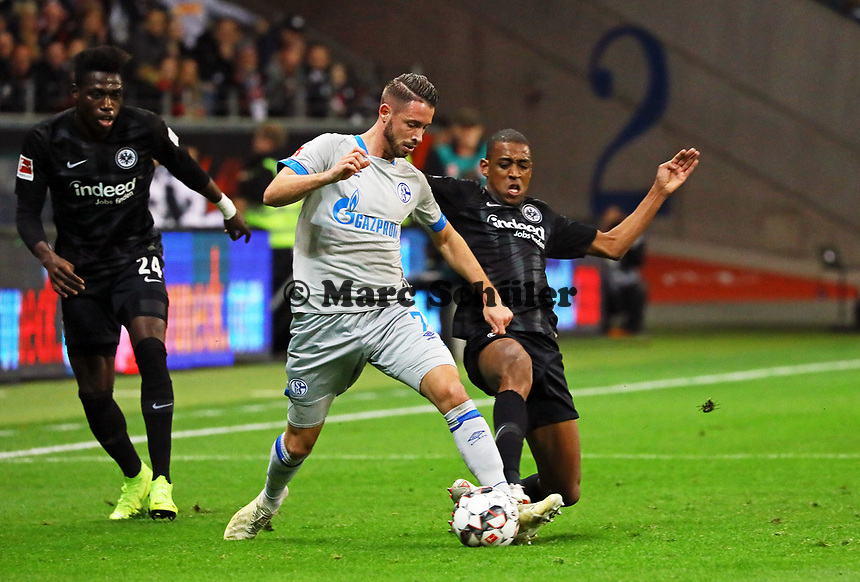 Mark Uth (FC Schalke 04) gegen Gelson Fernandes (Eintracht Frankfurt) - 11.11.2018: Eintracht Frankfurt vs. FC Schalke 04, Commerzbank Arena, DISCLAIMER: DFL regulations prohibit any use of photographs as image sequences and/or quasi-video.
