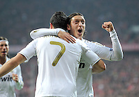 FUSSBALL   CHAMPIONS LEAGUE  HALBFFINAL HINSPIEL   2011/2012      FC Bayern Muenchen - Real Madrid          17.04.2012 Jubel nach dem Tor zum 1:1 Mesut Oezil umarmt Cristiano Ronaldo (v.l., beide Real Madrid)