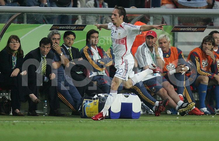 Fussball WM 2006  Achtelfinale   Spanien - Frankreich ; Spain - France  Frank RIBERY (FRA) jubelt nach seinem Treffer zum 1:1 an der spanischen Ersatzbank vorbei