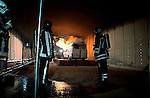 ROTTERDAM - In de nieuwe Beneluxtunnel is een oude bestelbus in brand gestoken als onderdeel van diverse brandproeven en een calamiteitenoefening waarbij in opdracht van Rijkswaterstaat in samenwerking met TNO de brandontwikkeling, rookverspreiding en temperatuurontwikkeling in verkeerstunnels wordt onderzocht. Ook het gedrag van brand en rook in combinatie met ventilatie wordt onderzocht. COPYRIGHT TON BORSBOOM
