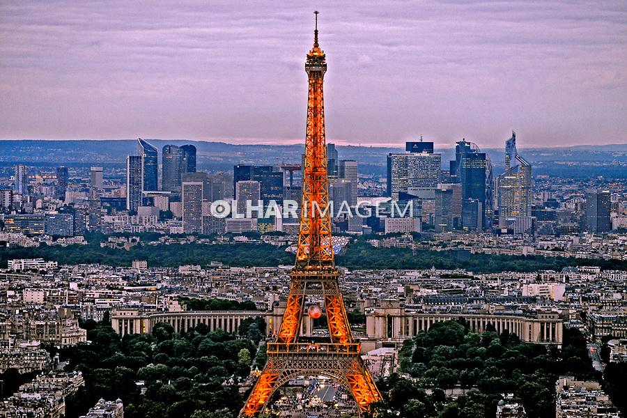 Entardecer na Torre Eiffel em Paris. França. 2016. Foto de Juca Martins.